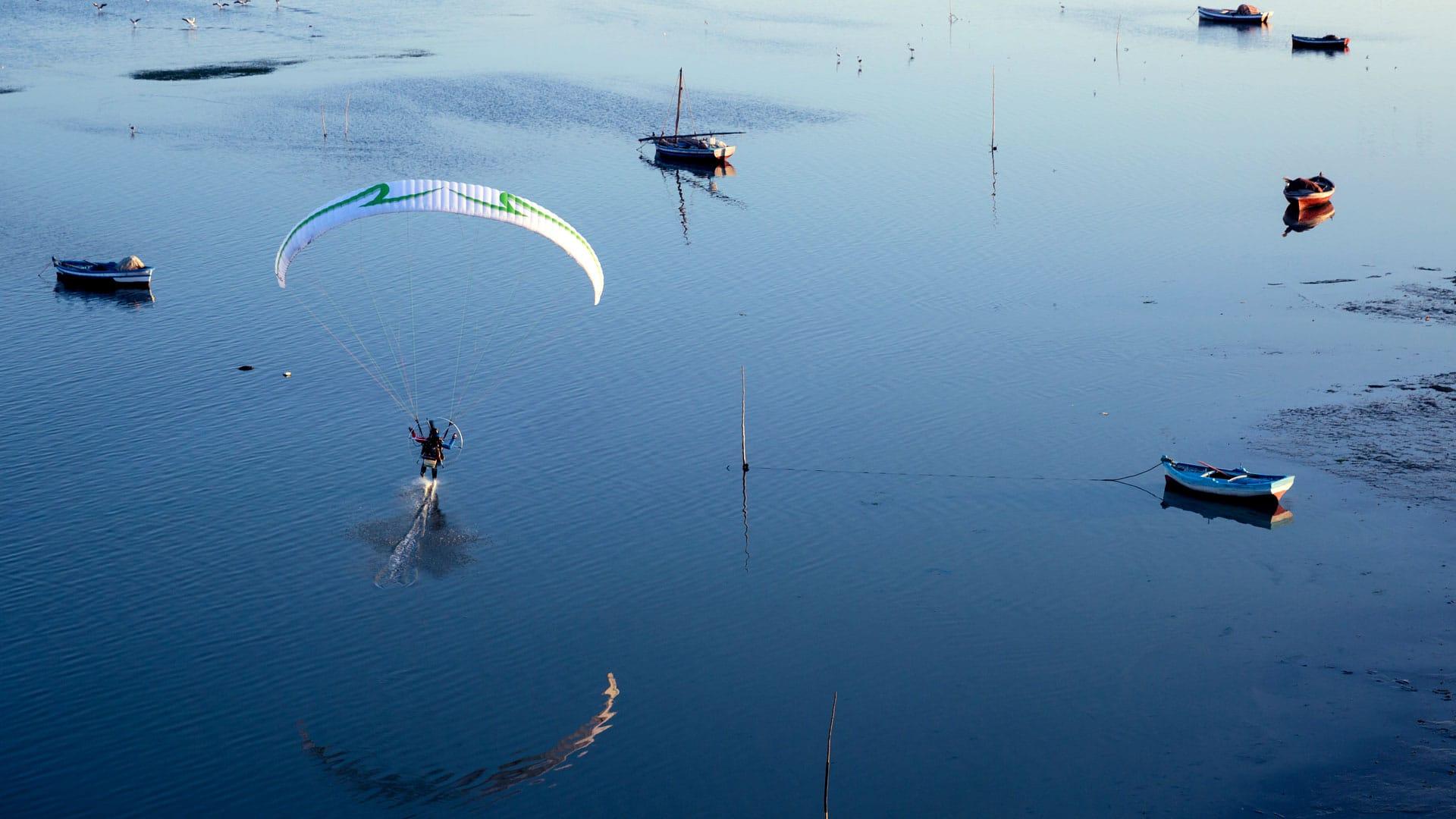 Madiah tunisie fond d'écran en paramoteur ulm pied dans eau